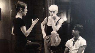 Jorma Uotinen kiinnitettiin Kansallisbaletin tanssijaksi 19-vuotiaana. Käänne hänen tanssijanurallaan tapahtui vuonna 1976, jolloin Kansallisbalettiin tuli vierailemaan yhdysvaltalainen moderni tanssija Carolyn Carlson, joka kutsui Uotisen Pariisin baletin yhteydessä toimivaan kokeellisen tanssin ryhmäänsä. Carolyn Carlson kuvassa vasemmalla ja Uotinen keskellä.