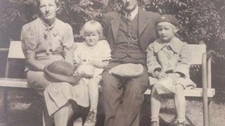 Niina Hakalahden äiti on Viipurista lähtenyt evakko. Kuva on otettu Viipurissa ja puiston penkillä istuvat Niinan isovanhemmat, täti sekä noin 4-vuotias Niinan äiti.