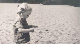 Niina Hakalahti kotikaupunkinsa Oulun hiekkarannalla 2-vuotiaana. Kuva tuo Niinalle mieleen erillisyyden, jota hän on pohtinut paljon elämässään. Miten ihminen voi oikeasti kohdata toisen ihmisen ja päästä muiden maailmoihin?