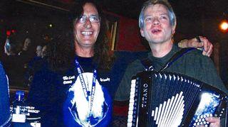 Ilkka Aaltonen pyydettin soittamaan maailman kuulun Uriah Heep-muusikon Ken Hensleyn levyjulkkariin Suomessa  haitarilla Uriah Heep -hittejä. Kävi niin, että kun Ilkka lopuksi halusi myös nimmarin ihailemaltaan muusikolta, hän saikin antaa omansa Hensleylle.