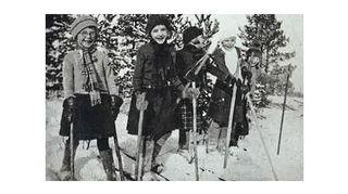 Kuvassa Kaarina on pikkuserkkujensa ja siskonsa Marjatan kanssa palaamassa koulusta. Pirkko, Laila, Eila, Kaarina ja Marjatta hiihtävät isän tekemillä puusuksilla.