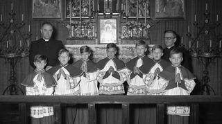 """""""Koska olin nuorena kovin rauhallinen, sain huolehtia Raamatusta jumalanpalveluksessa."""" Katolisella kirkolla on tärkeä merkitys Suomessa asuville italialaisperheille, vakuuttaa Benito Casagrande. Messukuvassa vaalea Benito on kolmas oikealta."""