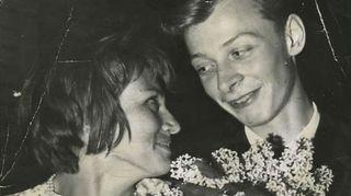 """""""Maailmassa ei taida olla toista valokuvaa, johon olisi taltioitu rakkautta ensisilmäyksellä. Kuva on otettu veljeni häissä 6.6.1960. Se on sama päivä, jolloin täytin 18 vuotta ja tapasin tämän ihastuttavan tytön, josta tuli pian vaimoni."""""""