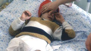 Armenialainen pian 4-vuotias Nena-tyttö jäi Kalle Löövin mieleen. Hän oli menettänyt maanjäristyksessä jalkansa ja äitinsä.