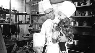 Vaimoni Päivi toi lapset työpaikalleni ravintola Georgeen tapaamaan minua, sillä olin hyvin tiiviisti aina töissä. Kuvassa on nyppimättömiä sorsia, mikä oli tyypillistä tuolla aikakaudelle, kun kaikki raaka-aineet käsiteltiin keittiössä alusta lähtien.