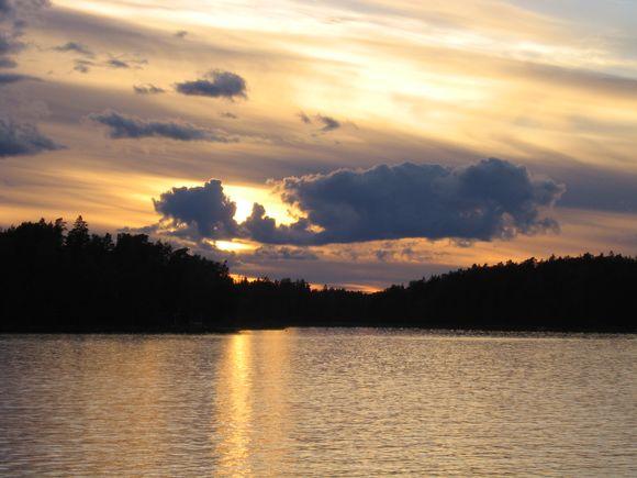 Auringonlasku saaristossa.