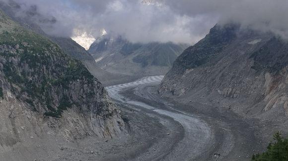 Kuvassa Mont Blancilta alkunsa saava Mer de Glace -jäätikkö virtaa laaksossa kohti Chamonix'n kylää.