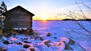 Sääkuva: Auringonnnousu mökkirannassa