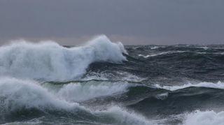Sääkuva:Myrskyävä meri, suuria aaltoja Bengtskärissä