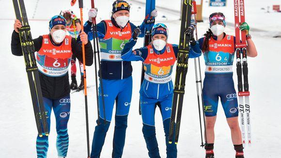Tätä näkyä harva osasi odottaa. Suomen viestinaiset Jasmi Joensuu, Johanna Matintalo, Riitta-Liisa Roponen ja Krista Pärmäkoski juhlivat torstaina Oberstdorfissa MM-pronssia.