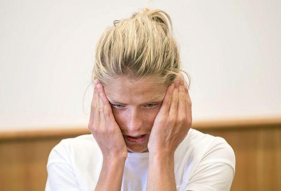 Therese Johaug itkee tiedotustilaisuudessa.
