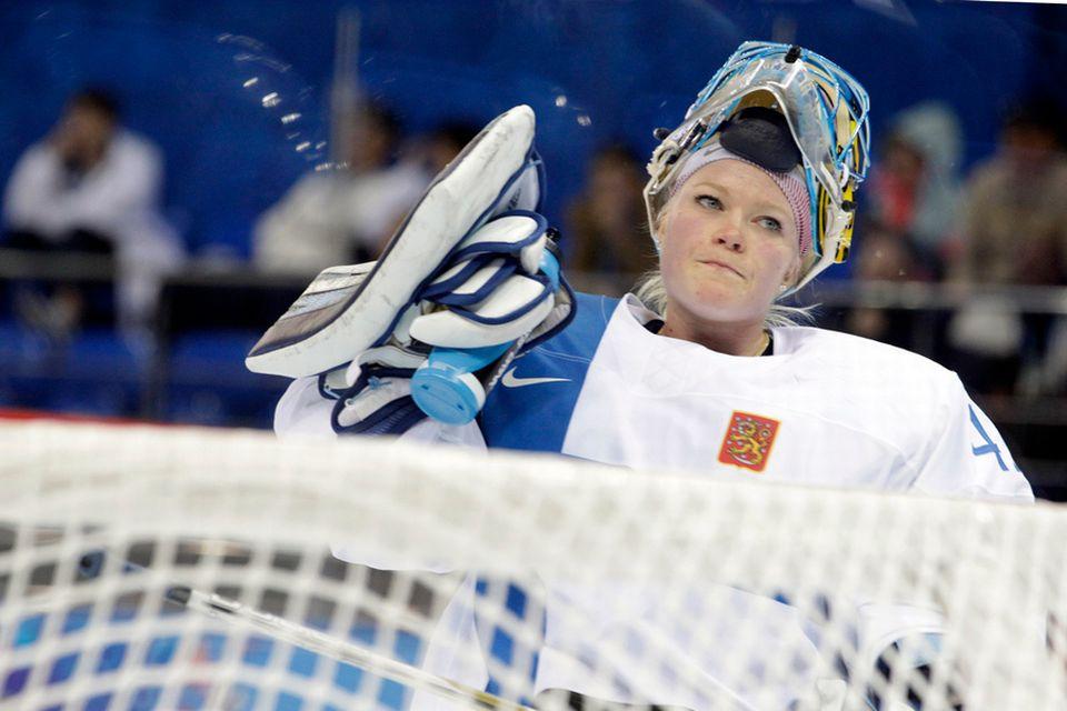 Men S Hockey Team Signs Female Goalie Yle Uutiset Yle Fi