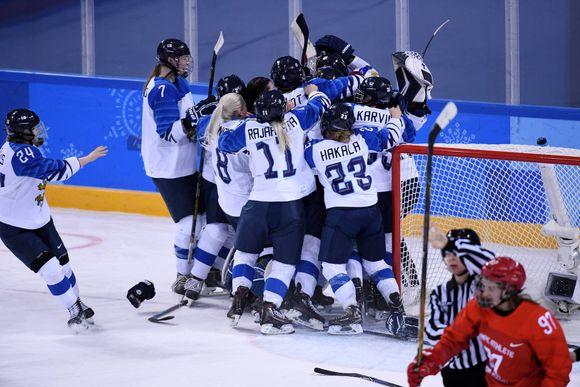 Naisleijonat juhlii pronssia Pyeongchangissa.