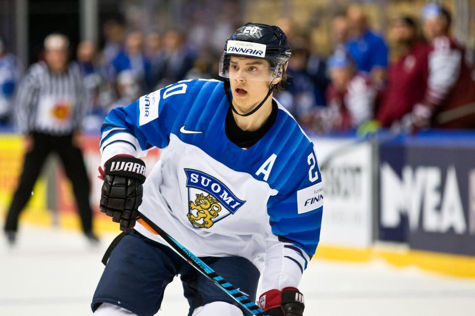 Sebastian Aho jääkiekon MM-kisoissa jäällä Latviaa vastaan.