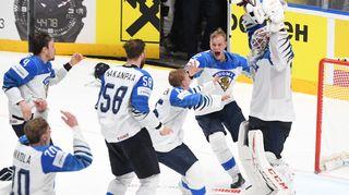 Suomen joukkue tuulettaa maailmanmestaruutta.