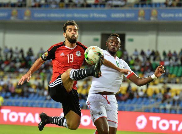 Egyptin Abdalla El Said taisteli pallosta Burkina Fason Issoufou Dayon kanssa maaottelussa 2017.