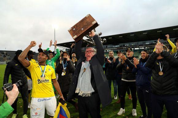 Luis Carlos Murillo, Ari Lahti ja muu KuPS-väki juhlivat mestaruuspokaali kädessään jalkapallostadionilla Turussa.