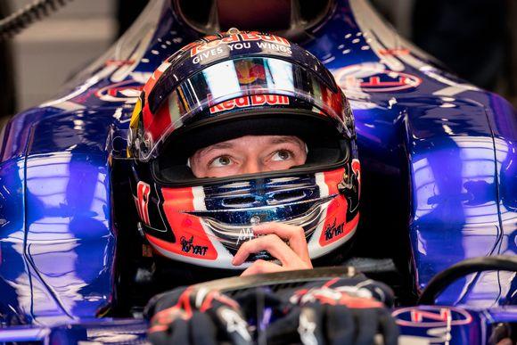 Daniil Kvjat F1-auton ohjaamossa.