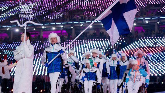 Suomen paralympiajoukkue avajaisissa.