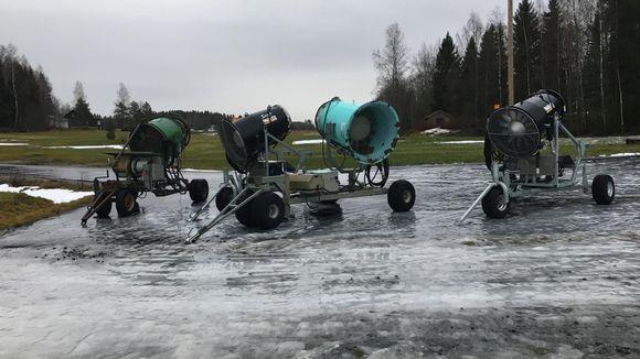 Lumitykkejä Vöyrin hiihtokeskuksessa.
