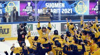 Varakapteeni Toni Koivisto nostaa Kanada-maljan Lukon mestaruuden kunniaksi.