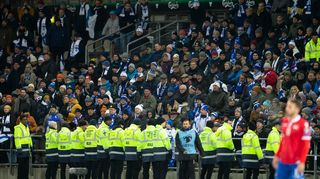 Suomen kannattajia katsomossa.