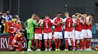 Danska fotbollsspelare under EM-matchen mot Finland efter att danska lagets stjärna Christian Eriksen tappat medvetandet under matchen.