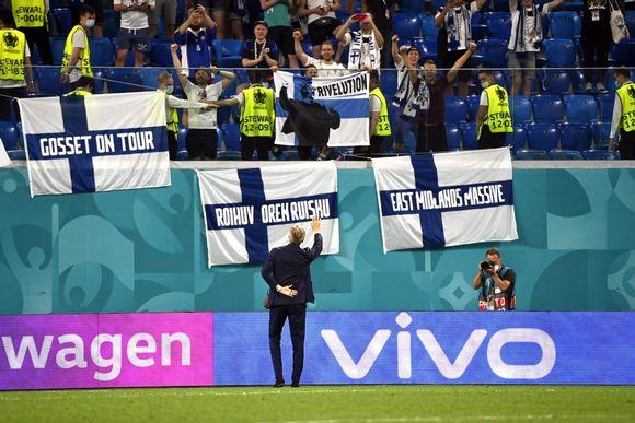 Markku Kanerva tervehtiin Huuhkajien faneja tappiollisen Belgia-pelin jälkeen.