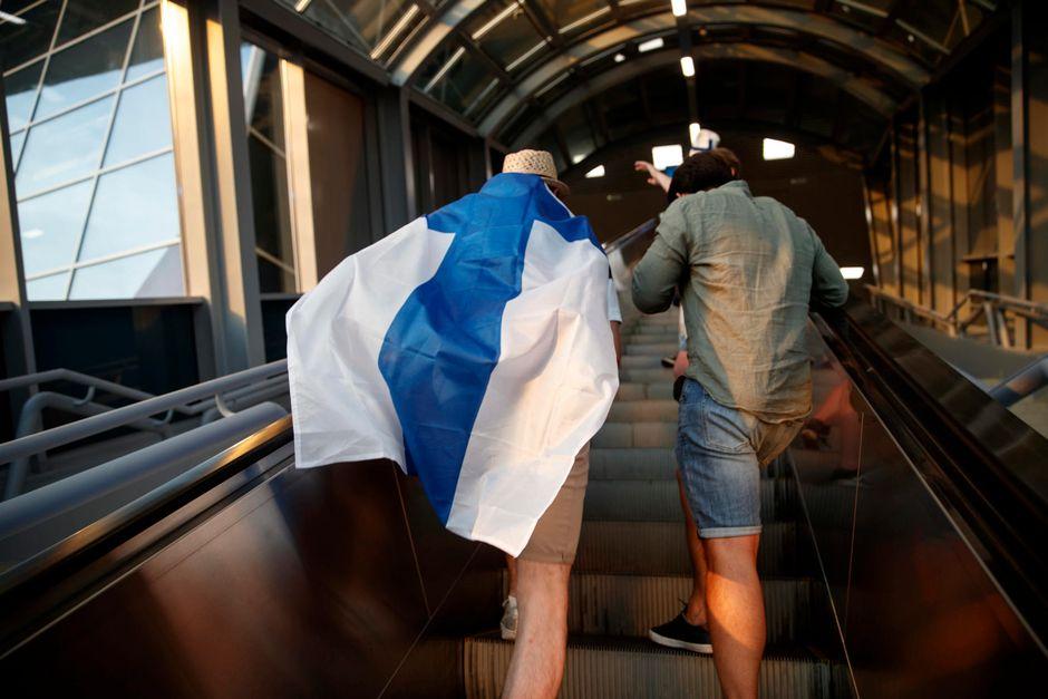 Huuhkajien kannattajia matkalla EM-kisaotteluun Pietarissa.