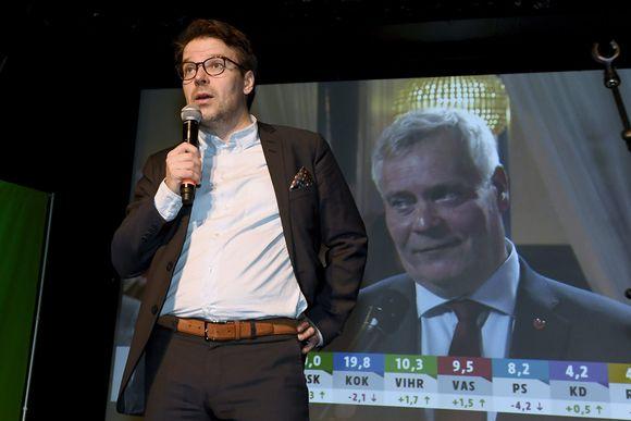 Puheenjohtaja Ville Niinistö puhuu väelleen ennakkoäänten julkistuksen jälkeen Vihreiden vaalivalvojaisissa kuntavaalien vaalipäivänä Tavastia-klubilla Helsingissä 9. huhtikuuta