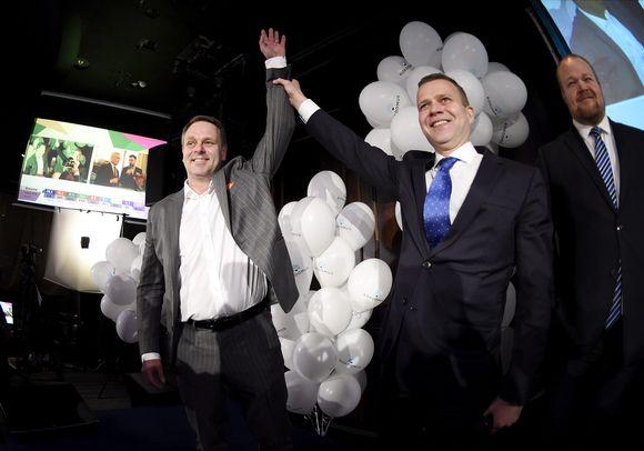 Kokoomuksen puheenjohtaja Petteri Orpo onnittelee puolueen ääniharavaa ja pormestariehdokasta Jan Vapaavuorta kokoomuksen vaalivalvojaisissa kuntavaalien vaalipäivänä ravintola Maxinessa Helsingissä 9. huhtikuuta.