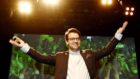 Vihreiden puheenjohtaja Ville Niinistö juhlii vaalimenestystä palattuaan vihreiden vaalivalvojaisissa kuntavaalien vaalipäivänä Tavastia-klubilla Helsingissä 9. huhtikuuta.