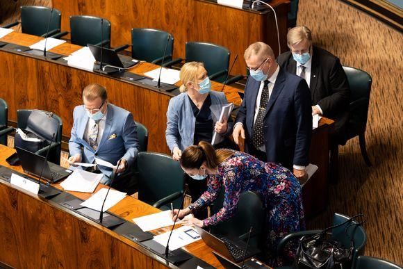 Perussuomalaisia valmistautumassa eduskunnan täysistuntoon. Elpymispakettikeskustelu.