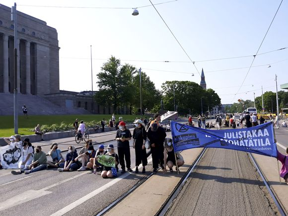 Elokapinan mielenosoittajia Eduskuntatalon edustalla.