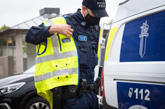 Poliisi pukee huomioliiviä ylleen