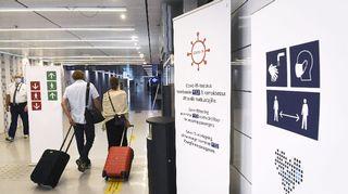 Covid-19 -testauksesta kertova kyltti sekä korona-ohjeita Helsinki-Vantaan lentokentällä.