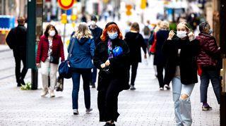 Ihmisiä kävelee kaudulla.