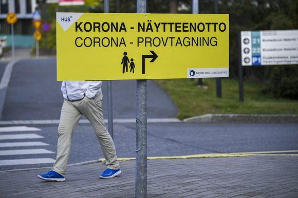 Korona-näytteenotto -kyltti HUS Meilahden sairaala-alueella Helsingissä 10. syyskuuta 2021.