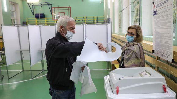 Mies äänesti perjantaiaamuna Venäjän duuman vaaleissa moskovalaiskoulun äänestyspisteellä.