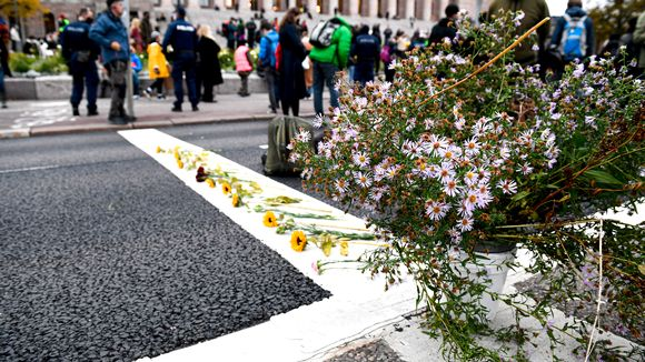 The rebels placed the flowers on Mannerheimintie.