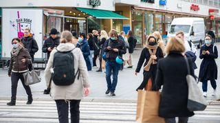 Ihmiset kävelevät Helsingin keskustassa.