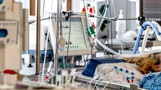 Potilas makaa sairaalasängyssä TYKSin teho-osastolla.