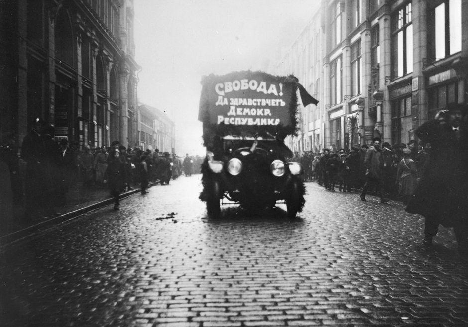Svoboda (vapaus) -kyltillä koristeltu auto Helsingin kadulla 1917.