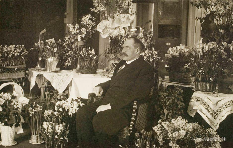 Svinhufvud hotelli Kämpissä Siperian karkotuksen jälkeen.
