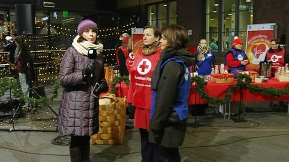 Sari Huovinen haastattelee Anne Laurinsiltaa ja Milla Kalliomaata Helsingin päärautatieasemalla 21. marraskuuta.