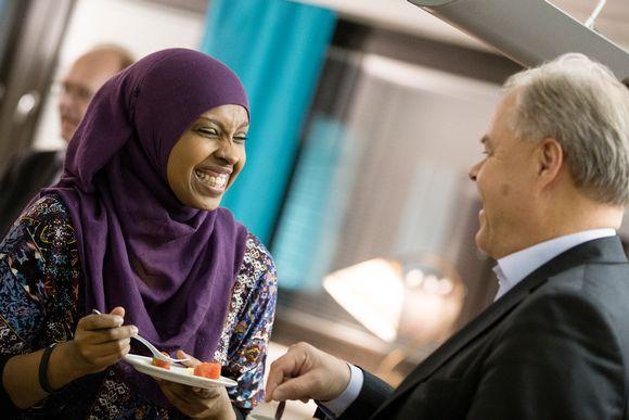 Habiba Ali nauraa lämpiössä.
