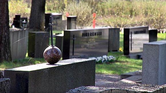 Hautakiviä Pirkkalan hautausmaalla.
