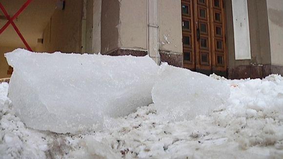 Jäälohkareita kadulla.