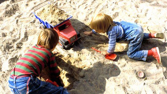Lapsia hiekkalaatikolla