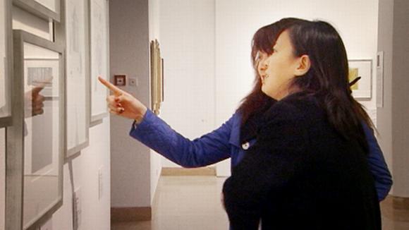 Kiinalaiset naiset katsovat suomalaista taidetta Pekingissä.
